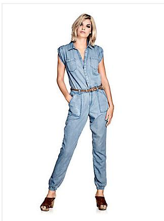Une combinaison en jean, tendance !