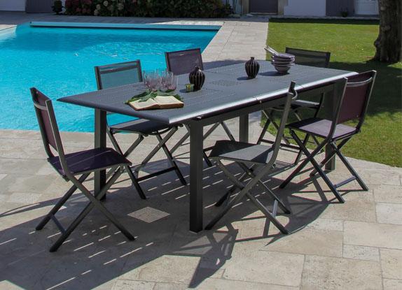 Une belle table et de belles chaises pour votre jardin
